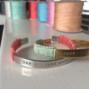 tekst armband gekleurd draad